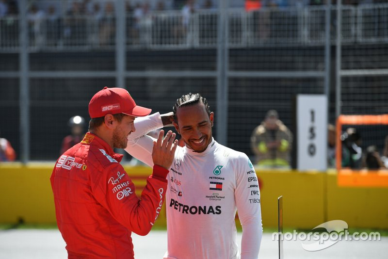 Pole man Sebastian Vettel, Ferrari, con Lewis Hamilton, Mercedes AMG F1, dopo le qualifiche