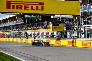 Финиш: Победитель Льюис Хэмилтон, Mercedes AMG F1 W10