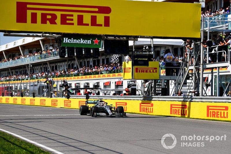 Хэмилтон пересек финишную черту вторым, но не отстал от Феттеля и выиграл гонку