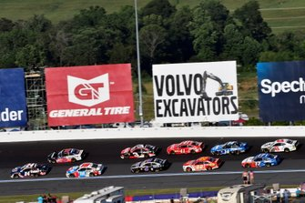 William Byron, Hendrick Motorsports, Chevrolet Camaro Liberty Patriotic y Kyle Busch, Joe Gibbs Racing, Toyota Camry M&M's Red, White & Blue