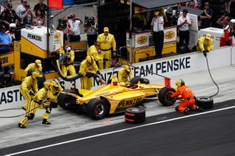 Helio Castroneves, Team Penske Chevrolet, pitstop