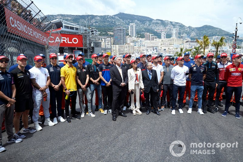 The drivers lead a tribute to the late Niki Lauda on the grid prior to the start