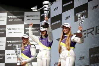 Podium: Race winner Jamie Chadwick, second place Beitske Visser, third place Fabienne Wohlwend