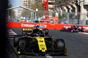 Daniel Ricciardo, Renault R.S.19, voor Lance Stroll, Racing Point RP19, en Alexander Albon, Toro Rosso STR14