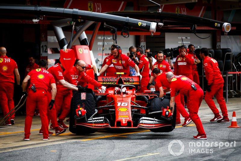 Charles Leclerc, Ferrari SF90, torna al garage
