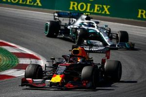 Max Verstappen, Red Bull Racing RB15, devant Valtteri Bottas, Mercedes AMG W10