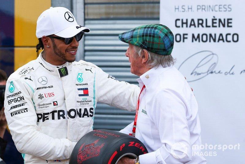 Lewis Hamilton, Mercedes AMG F1, festeggia la pole position, e riceve il Pirelli Pole Award da Jackie Stewart