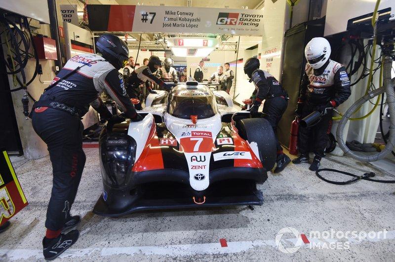 #7 Toyota Gazoo Racing Toyota TS050: Mike Conway, Kamui Kobayashi, Jose Maria Lopez con daños en la parte delantera después del choque