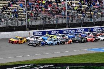 Start zum FireKeepers Casino 400 auf dem Michigan International Speedway in Brooklyn: Joey Logano, Team Penske, Ford Mustang Shell Pennzoil, führt