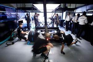Les mécaniciens faisant les ultimes préparatifs sur la voiture de Valtteri Bottas, Mercedes AMG W10