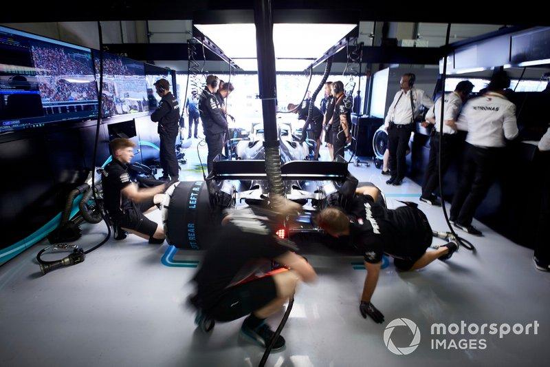 I meccanici ultimano i preparativi sulla monoposto di Valtteri Bottas, Mercedes AMG W10