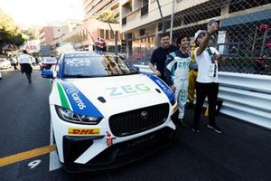 Sérgio Jimenez, Jaguar Brazil Racing poses with fans on the grid