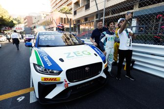 Sérgio Jimenez, Jaguar Brazil Racing poses with fans on the grid