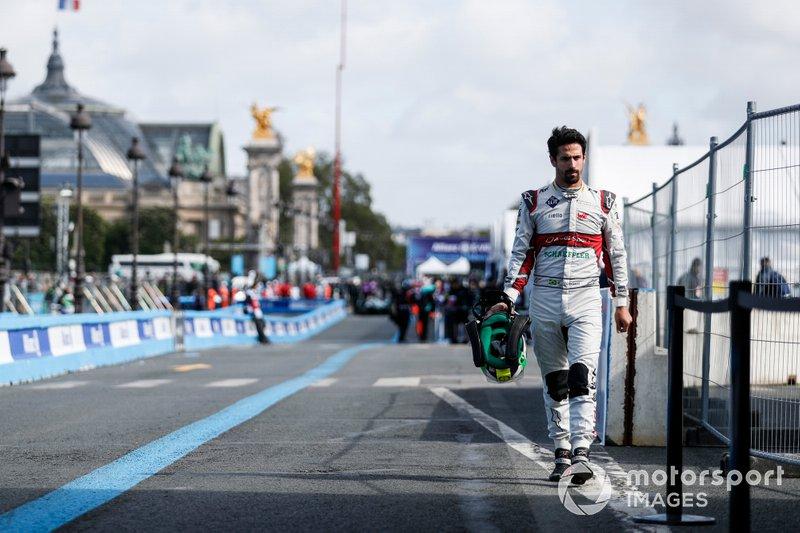 Lucas Di Grassi, Audi Sport ABT Schaeffler, cammina in pit lane