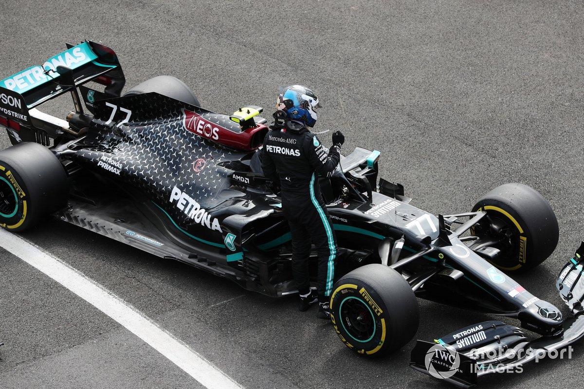 Il Pole sitter Valtteri Bottas, Mercedes AMG F1, nel Parc Ferme dopo le Qualifiche