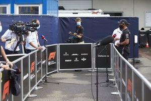 Lewis Hamilton, Mercedes-AMG Petronas F1, parle à la presse