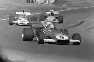 Arturo Merzario, Ferrari 312B2, Peter Revson, McLaren M19A Ford y Mike Beuttler, March 721G Ford