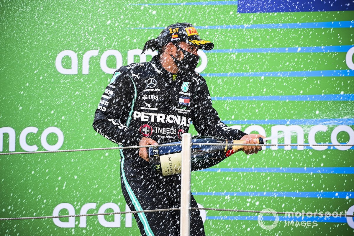 Il vincitore della gara Lewis Hamilton, Mercedes-AMG Petronas F1 festeggia sul podio con lo champagne