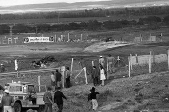Los restos quemados de los monoplazas de Jacky Ickx, Ferrari, izquierda y Jackie Oliver, BRM