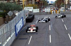 Ayrton Senna, McLaren Honda MP4/5B precede Jean Alesi, Tyrrell Cosworth 018 e Gregor Foitek, Brabham Judd BT58, al GP degli Stati Uniti del 1990