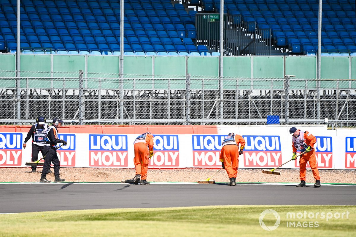 Comisarios limpiando el asfalto de Silverstone