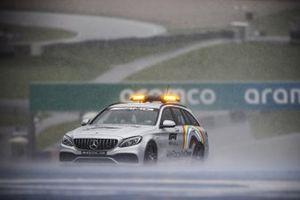 Медицинский автомобиль под дождем
