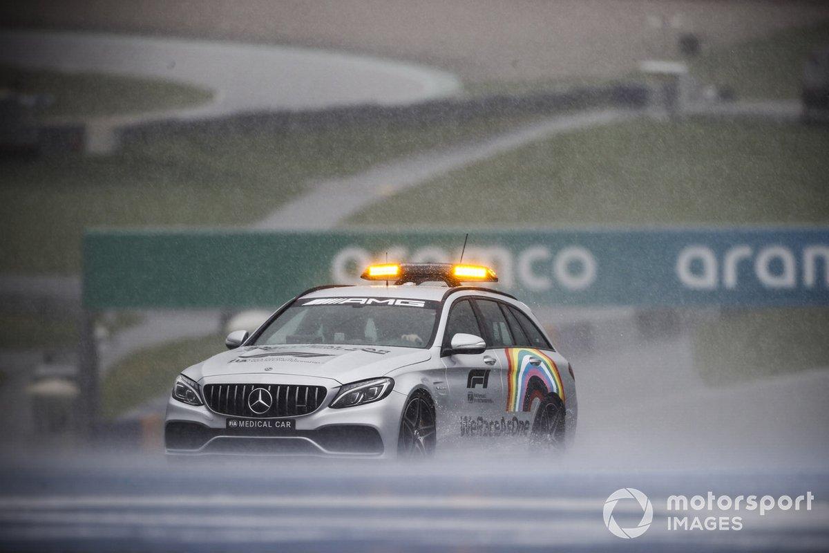 El coche médico bajo la lluvia