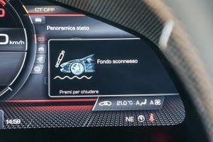 Dettagli del cruscotto e del volante della, Ferrari SF90 Stradale
