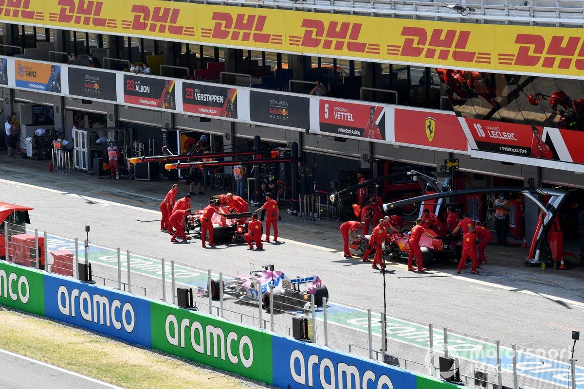 Charles Leclerc, Ferrari SF1000, e Sebastian Vettel, Ferrari SF1000, ai box