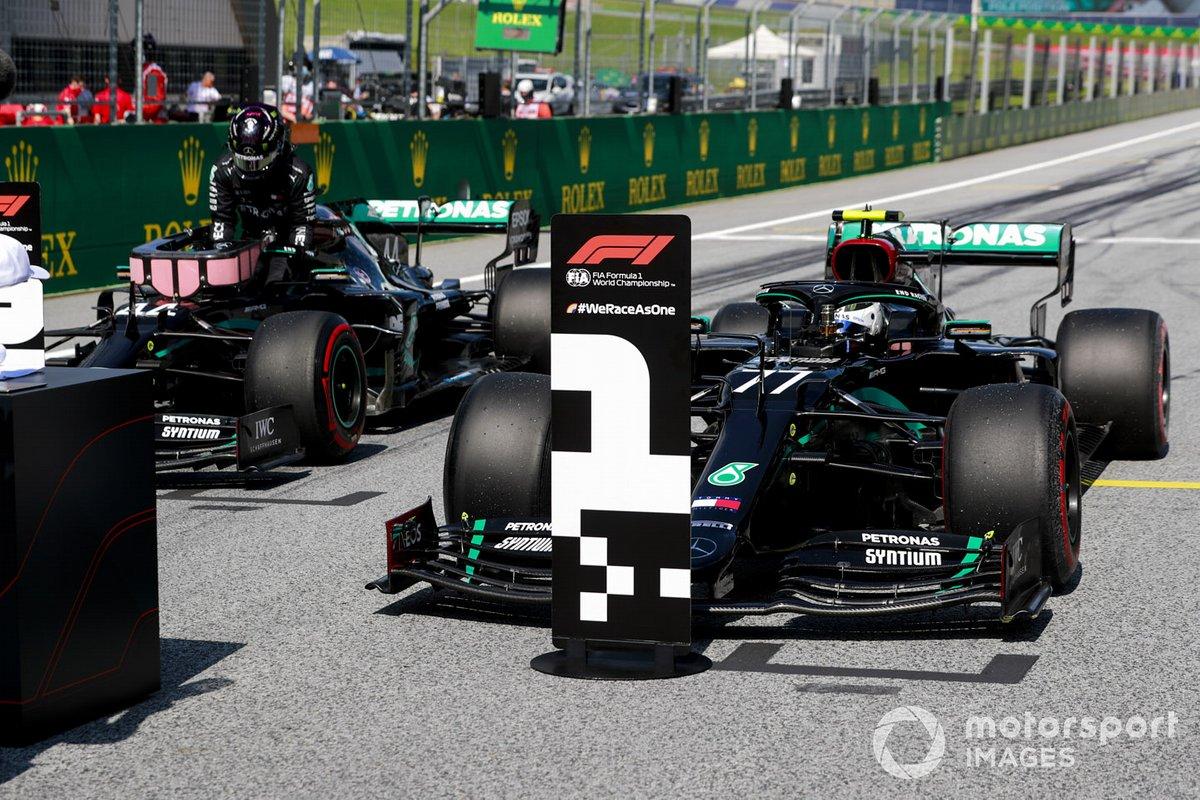 La primera fila Lewis Hamilton, Mercedes-AMG Petronas F1, y el ganador de la pole Valtteri Bottas, Mercedes-AMG Petronas F1, llegan a la parrilla después de la calificación
