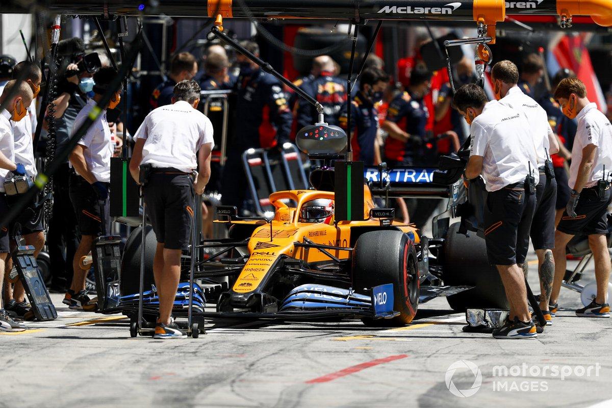 Carlos Sainz Jr., McLaren MCL35, ai box