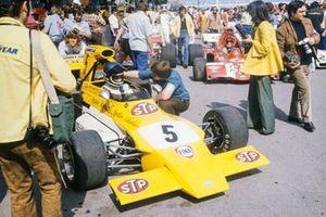 Mike Beuttler en su March 721G Ford en pit lane