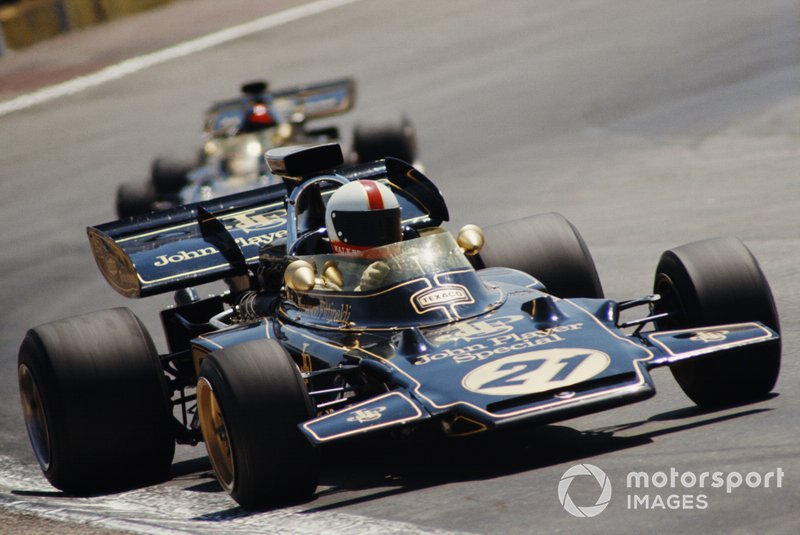 Dave Walker, Lotus 72D Ford, leads Emerson Fittipaldi, Lotus 72D Ford