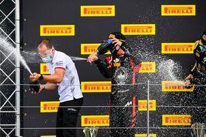 Nikita Mazepin, Gran Premio Hitech, 1ª posición, rocía la victoria con champán con su compañero de equipo