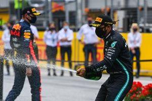 Lewis Hamilton, Mercedes-AMG Petronas F1, e Max Verstappen, Red Bull Racing spruzza lo champagne sul podio