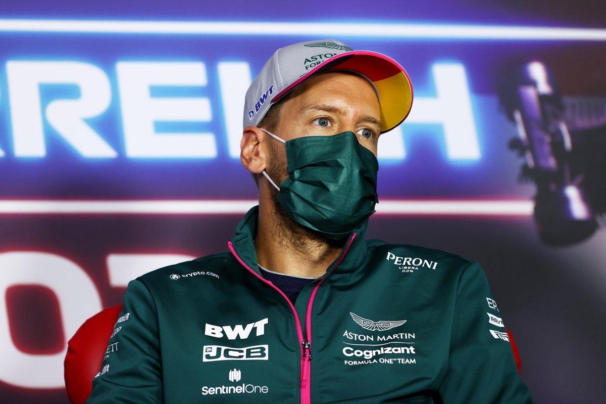 Sebastian Vettel, Aston Martin durante la conferencia de prensa