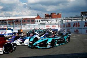 Mitch Evans, Jaguar Racing, Jaguar I-TYPE 5, Jake Dennis, BMW I Andretti Motorsport, BMW iFE.21, Antonio Felix da Costa, DS Techeetah, DS E-Tense FE21, the remainder of the field on the opening lap