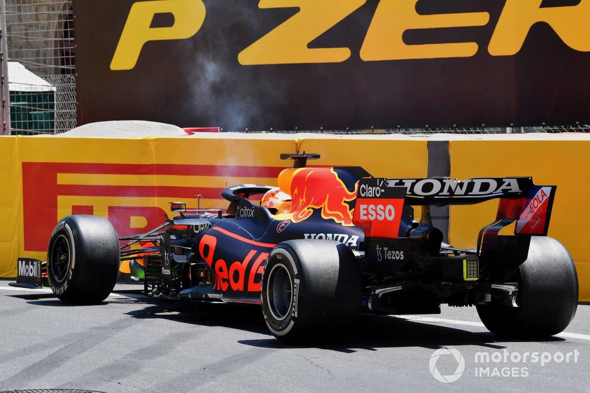 Max Verstappen, Red Bull Racing RB16B, golpea las barreras en la FP3