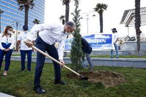 Azad Rahimov, Azerbaijan Sports Minister and Arif Rahimov, Baku Street Circuit Promoter, plant a tree for World Environment Day