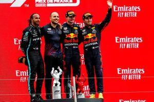 Lewis Hamilton, Mercedes, 2nd position, Gianpiero Lambiase, Race Engineer, Red Bull Racing, Max Verstappen, Red Bull Racing, 1st position, and Sergio Perez, Red Bull Racing, 3rd position, on the podium