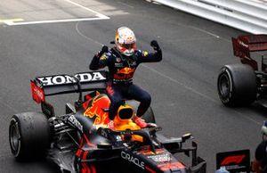 Max Verstappen, Red Bull Racing, primo classificato, festeggia all'arrivo al Parc Ferme