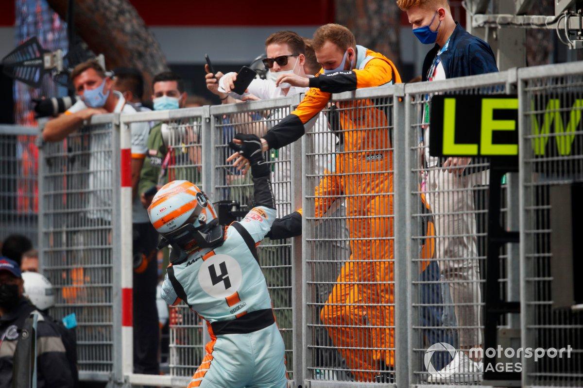 Tercer lugar Lando Norris, McLaren, celebra con el equipo en Parc Ferme