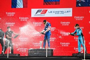 Race Winner Alexander Smolyar, ART Grand Prix and Calan Williams, Jenzer Motorsport celebrate on the podium with the trophy