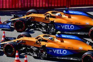 Lando Norris, McLaren MCL35M, en Daniel Ricciardo, McLaren MCL35M, in Parc Ferme