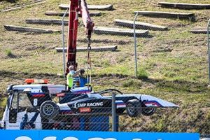 Marshals remove the car of Alexander Smolyar, ART Grand Prix