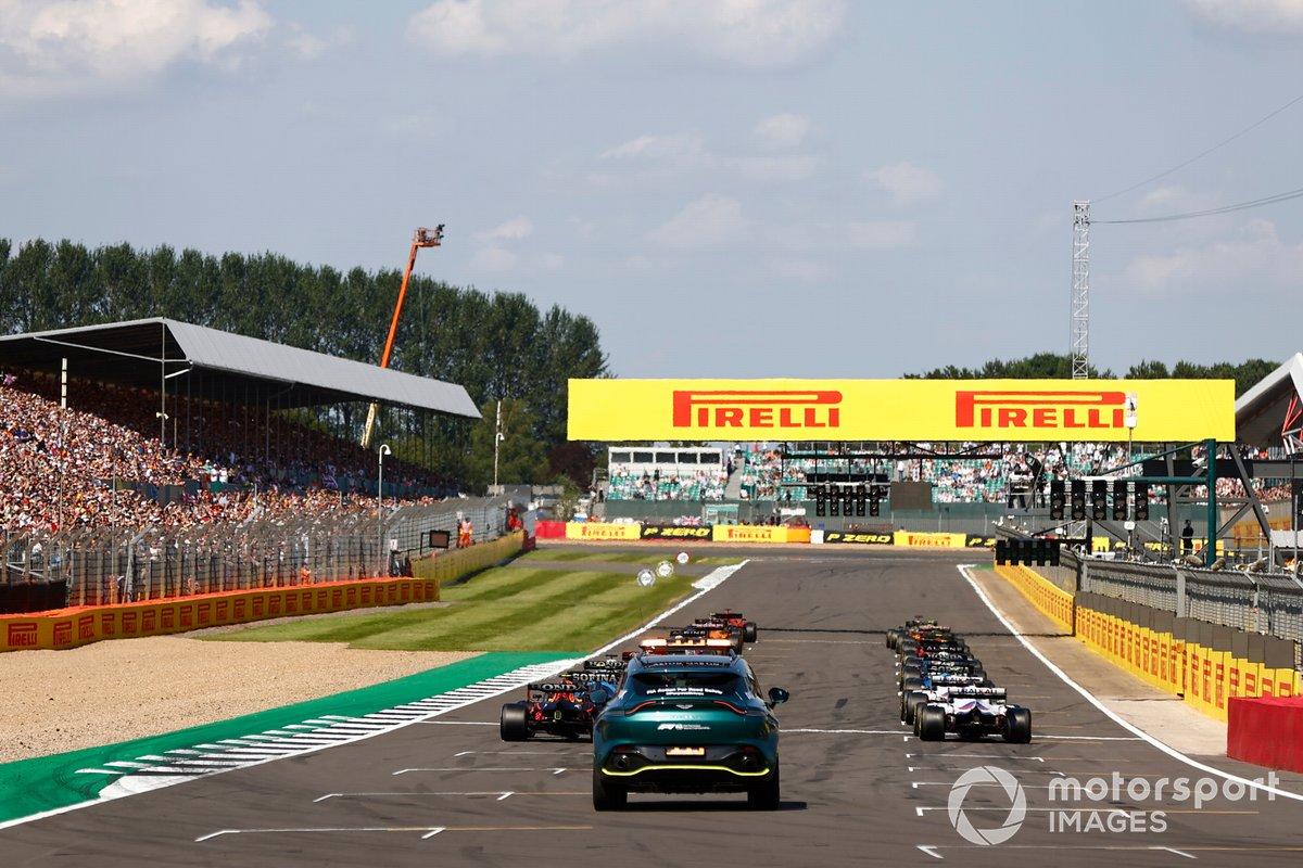 Charles Leclerc, Ferrari SF21, Lewis Hamilton, Mercedes W12, se preparan para liderar el pelotón para la reanudación