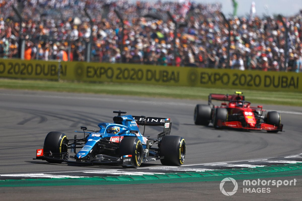 Fernando Alonso, Alpine A521 , Carlos Sainz Jr., Ferrari SF21