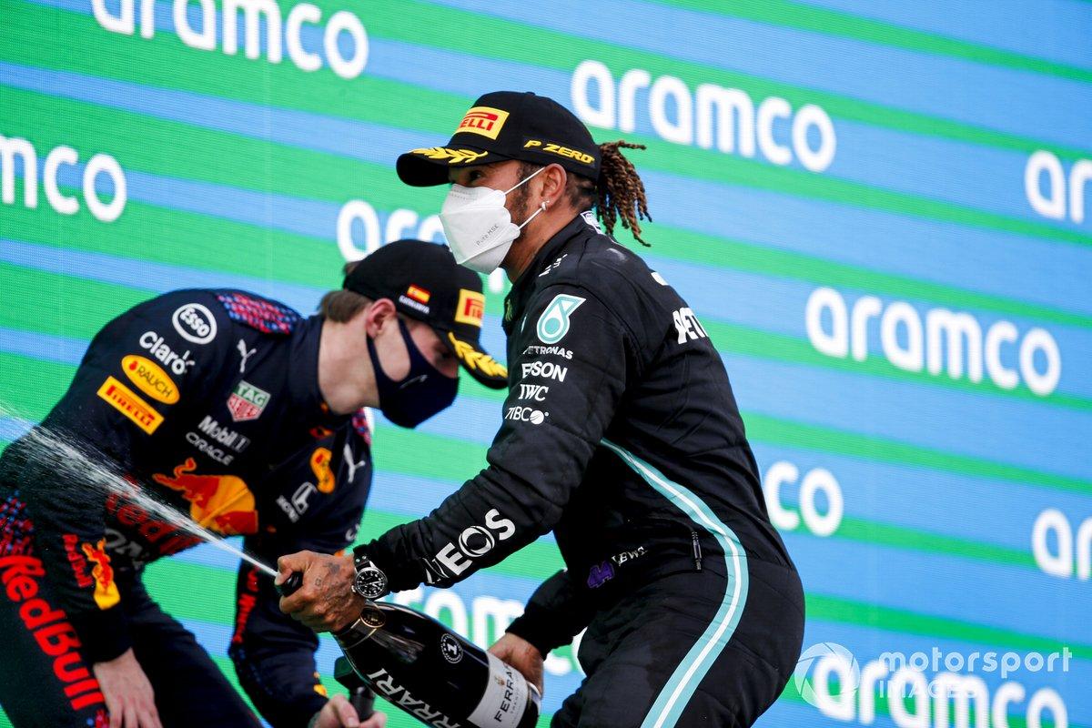 Il vincitore Lewis Hamilton, Mercedes e Max Verstappen, Red Bull Racing celebrate on the podiumw ith the champagne