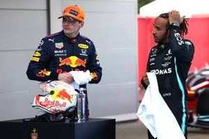 Max Verstappen, Red Bull Racing, secondo classificato, e Lewis Hamilton, Mercedes, primo classificato, al Parc Ferme