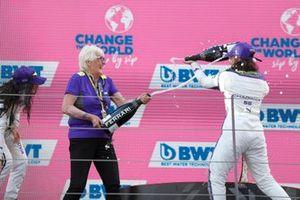 Podio: segundo lugar Irina Sidorkova, la veterana del automovilismo Annie Bradshaw, ganadora de la carrera Jamie Chadwick